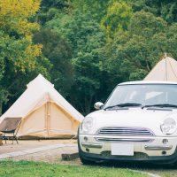キャンプ場に泊まっている輸入車