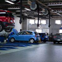 自動車整備工場の風景