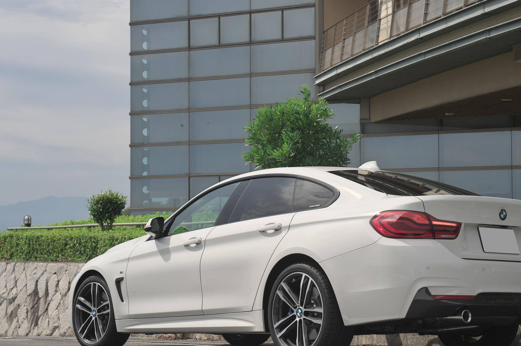 ビルの前に駐車する白のBMW