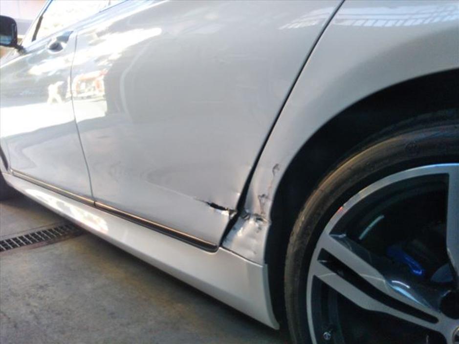 BMWの左リアドア修理前