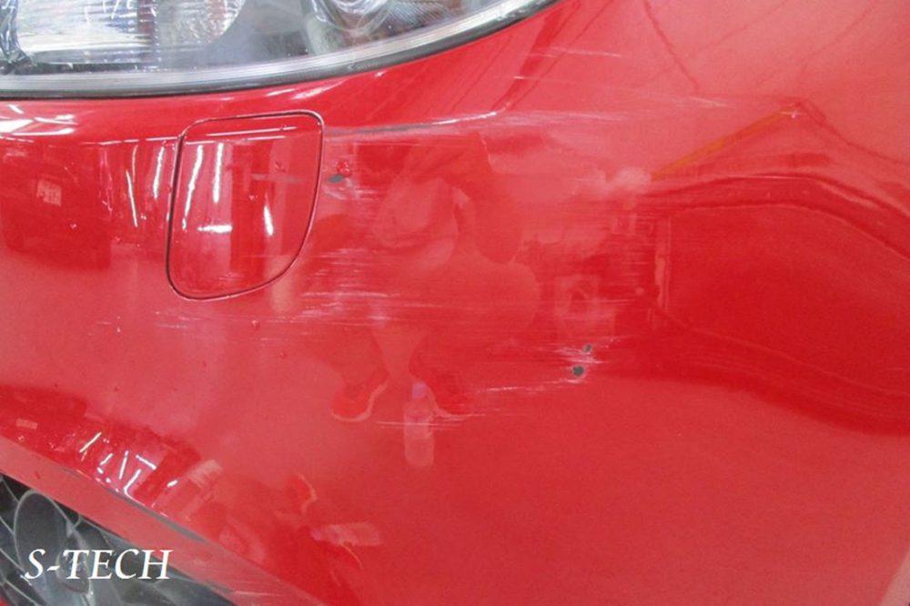 赤のアルファロメオジュリエッタの修理前