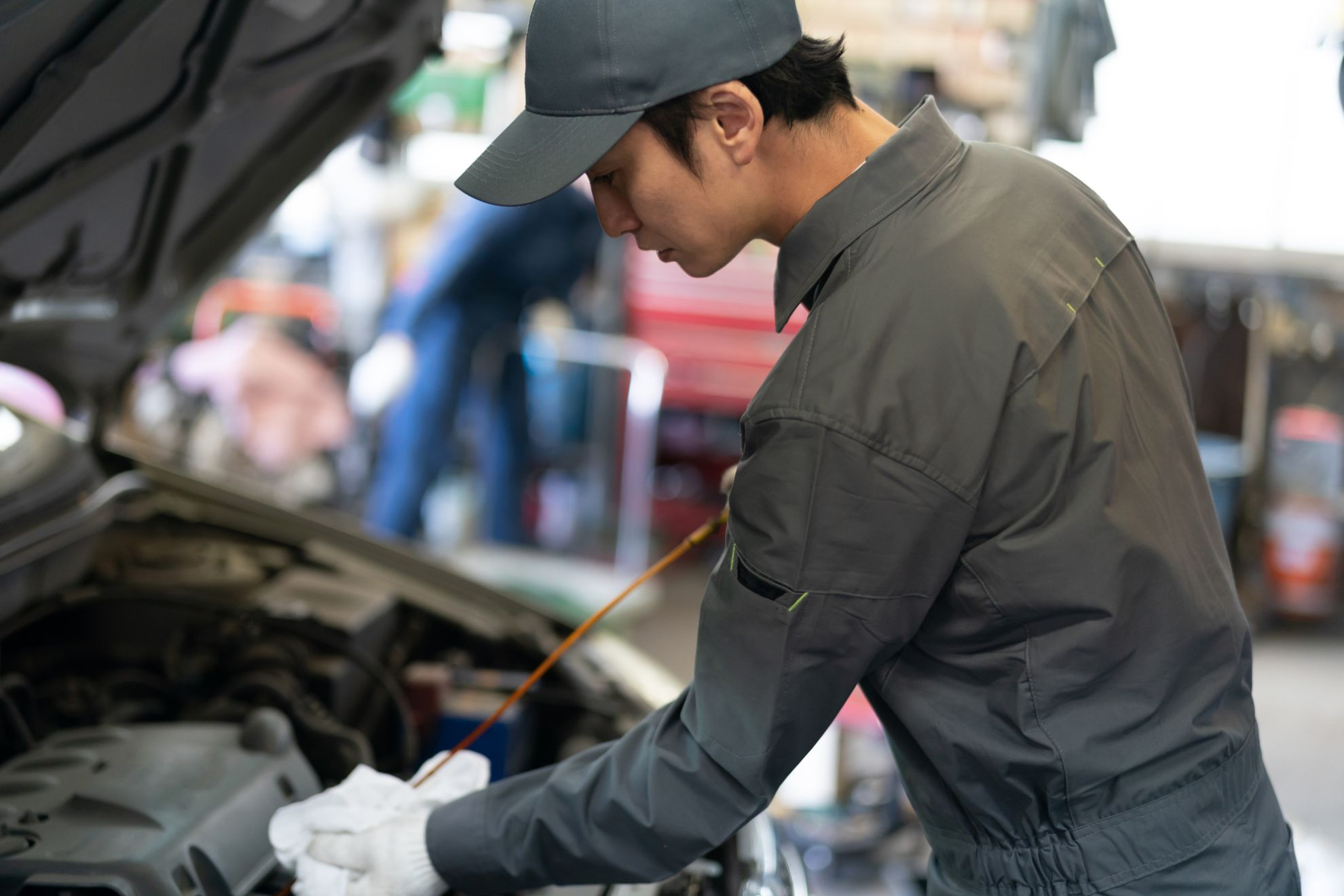 自動車整備する男性